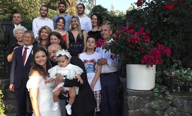 İstanbul'da koronavirüs nedeniyle ertelenen düğünlerini 8 aylık kızlarıyla yaptılar