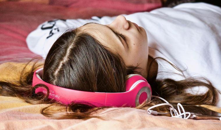 'Kulaklıkla 8 saatten fazla müzik dinlemek işitme duyusuna zarar veriyor'