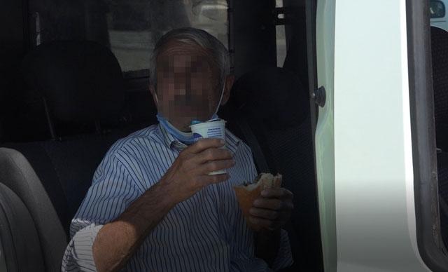 Tacizden gözaltına alındı, elindeki yemeği bırakmadı