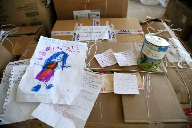Yardım kolilerinden çocukların destek mektupları, resimleri çıktı