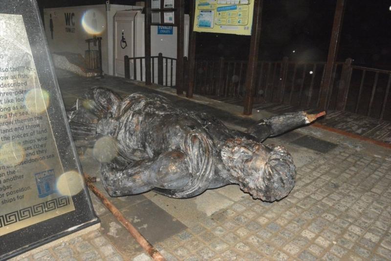 Aydın'da fırtına nedeniyle Poseidon heykeli devrildi