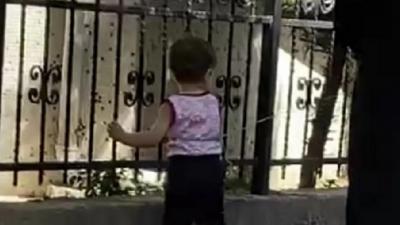 Çocuğun beline ip bağlayıp gezdirdi