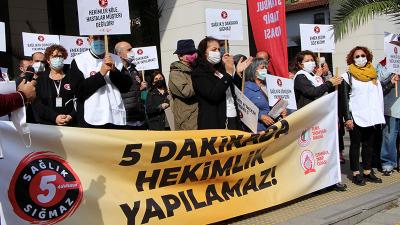 Hekimlerden Taksim'de protesto: