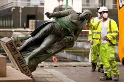 İngiltere'de saldırının ardından köle tüccarlarının heykelleri kaldırıldı