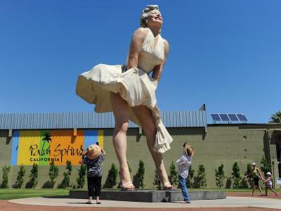 Marilyn Monroe heykeli, 'etek altı fotoğrafı çekmeyi teşvik' nedeniyle tepki gördü