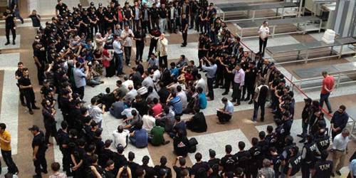 Gözaltındaki polisler oturma eylemi başlattı!