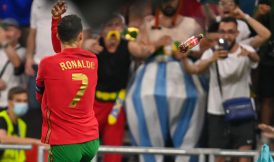 Taraftar, Ronaldo'ya Coca Cola şişesi fırlattı