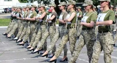 Ukrayna'da kadın askerler topuklu ayakkabıyla yürüdü
